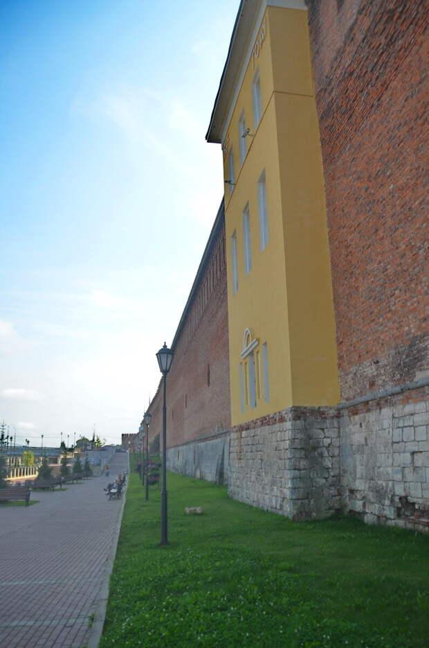 Обратите внимание на лестницу в конце набережной, именно оттуда набережную откапывали при строительстве. И хорошо заметен уровень крепостной стены.