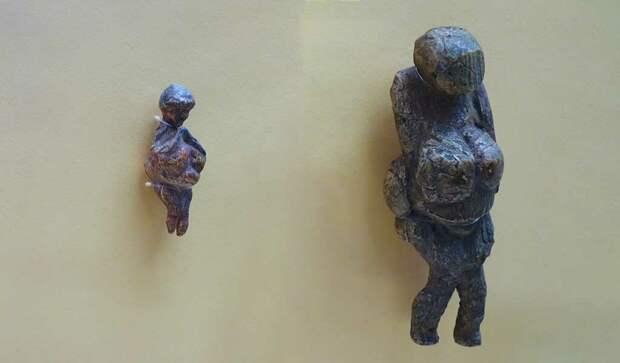 Венеры Гагаринские, высота фигурки слева около 5 см, справа около 12 см, возраст 22-20 тысяч лет, из бивня мамонта, Россия.