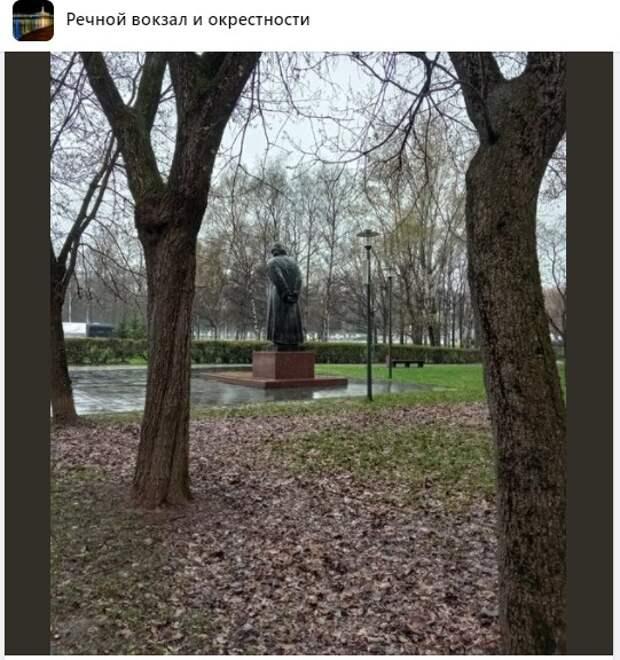 Фото дня: памятник грустит без зонта в парке Дружбы