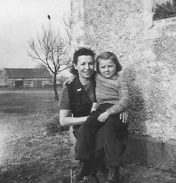 Дочь советского офицера Биргрит Михлер и её мать Эдельтрауд,  начало 1950-х гг.