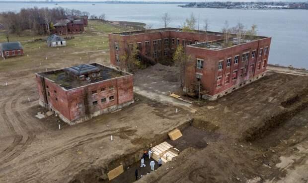 В районе Hart Island Нью-Йорка готовятся к массовым захоронениям неопознанных трупов, источник: REUTERS/Lucas Jackson