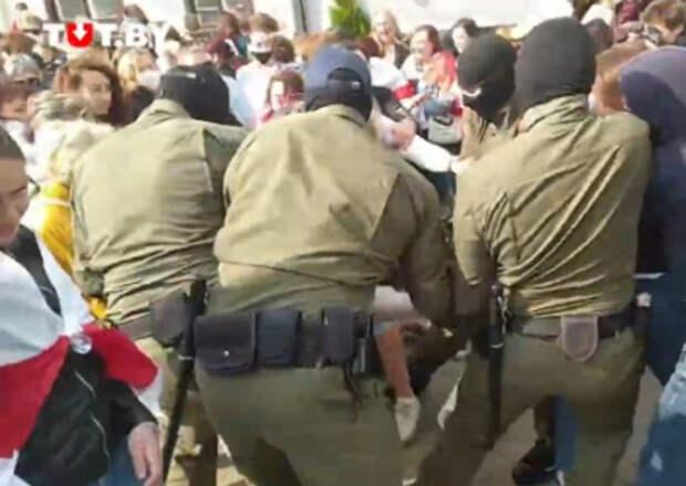 На «Женском марше» в Минске начались задержания