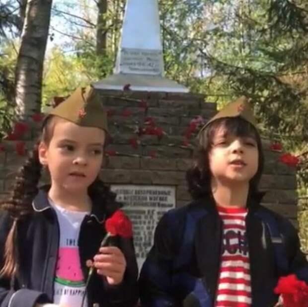 Дети Киркорова смотрят Парад Победы на трибуне с Путиным