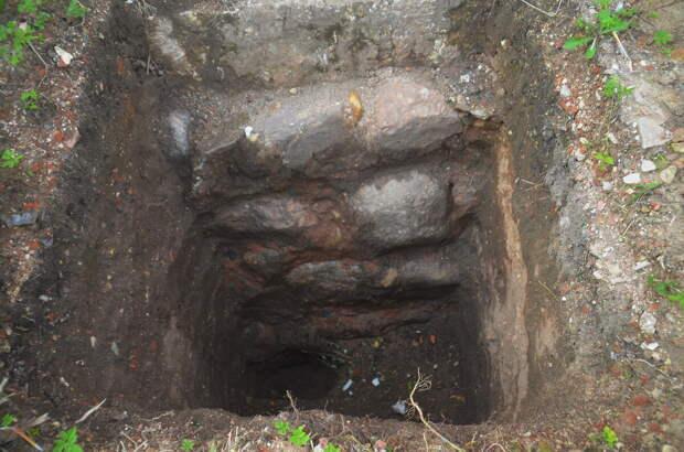 Шурф в глубину крепости, примерно три метра, в основании каменные булыжники.