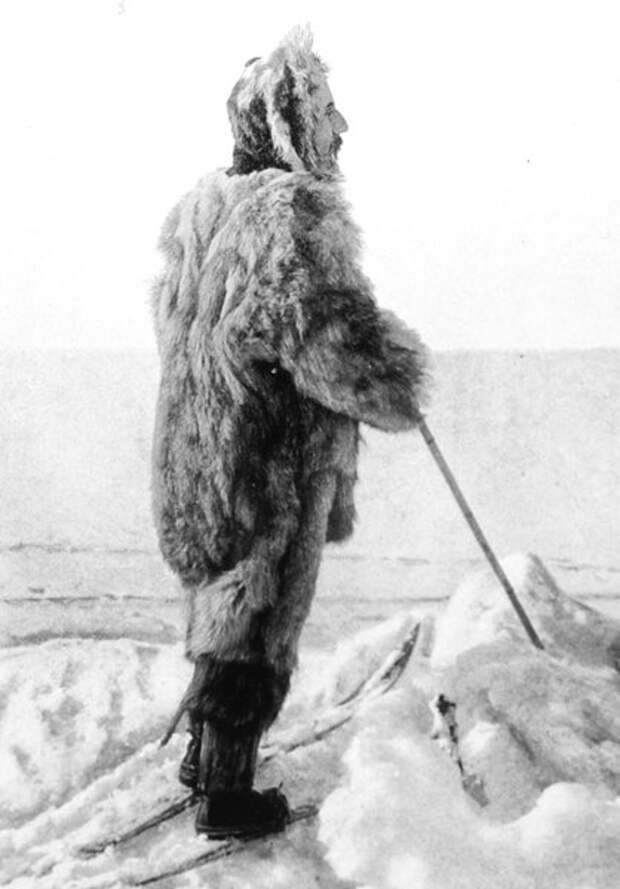 Амундсен в эскимосской полярной экипировке. Обувь переделана под лыжное крепление Витфельда — Хёйер-Эллефсена, оставляющее пятку свободной, 1909 год (Wikimedia)
