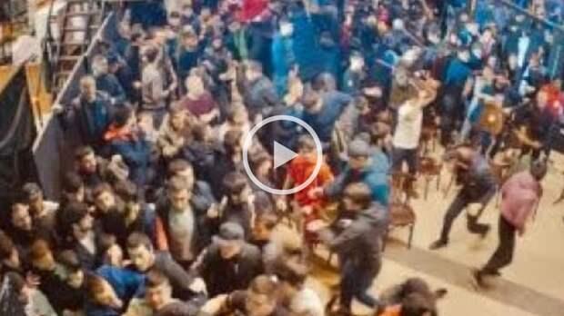 Массовая драка произошла натурнире MMA вМоскве: видео