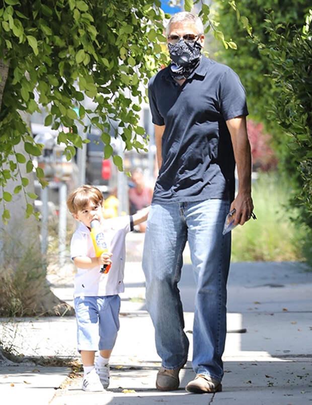Джордж Клуни впервые за долгое время замечен на прогулке с подросшим сыном