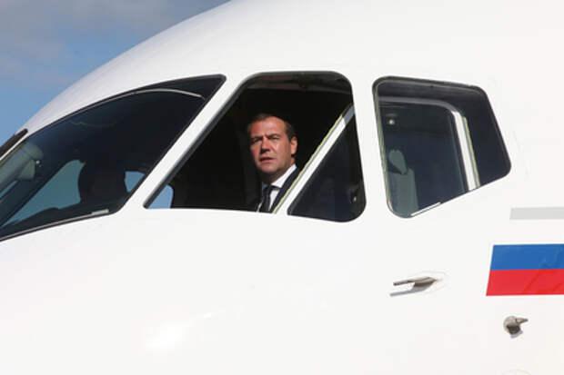 Дмитрий Медведев в кабине самолета Sukhoi Superjet 100
