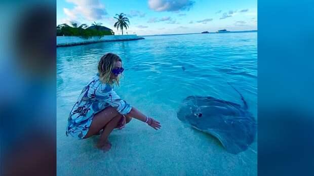 Рудковская на отдыхе на Мальдивах покормила морских хищников под комментарий Плющенко: видео