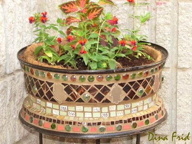 Вазоны из колес и мозаики