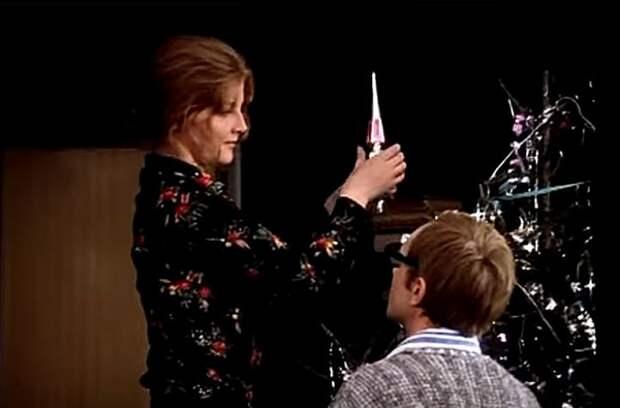 Помните, в самом начале Галя, подружка Жени Лукашина, встает на стул и просит: «Макушку дай» Фото: кадр из фильма