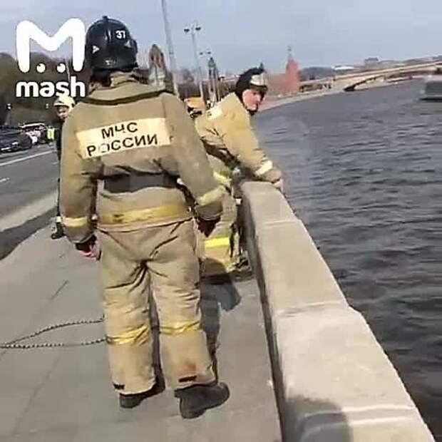 В Москве девушка упала с Большого Каменного моста возле Кремля. Предположительно, она...