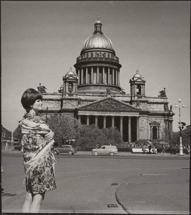 Итальянская актриса Клаудиа Кардинале в Ленинграде в дни проведения V Московского международного кинофестиваля. 1967 год.