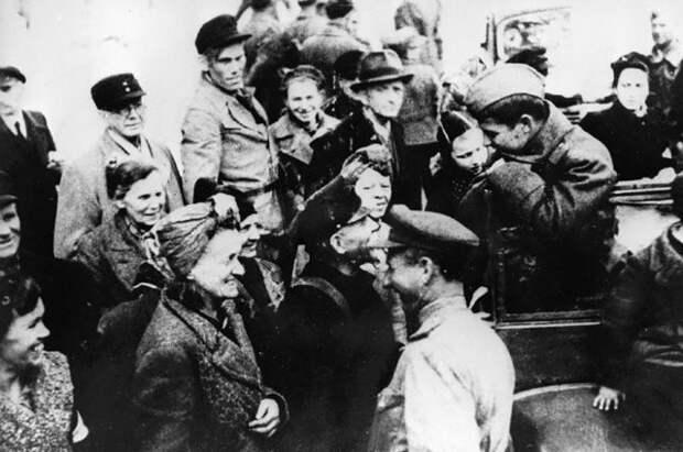 Жители Берлина разговаривают с советскими солдатами и офицерами. 2 мая 1945 г.
