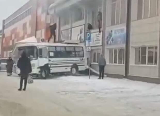 В Горно-Алтайске загорелся торговый центр