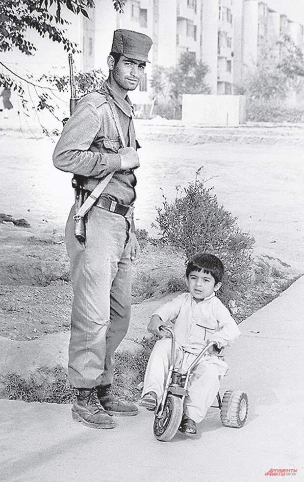Афганский солдат образца 1989 г., вооружённый автоматом Калашникова.