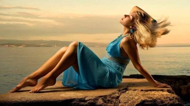 девушка в голубом платье на берегу моря