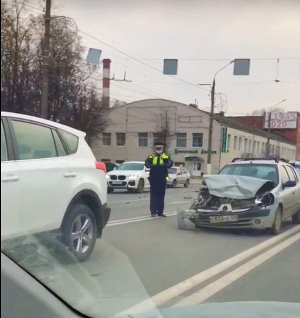 В Пролетарке произошло ДТП с тремя машинами