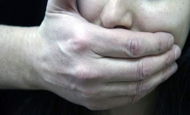 Подруга сняла на видео изнасилование школьницу взрослым мужчиной