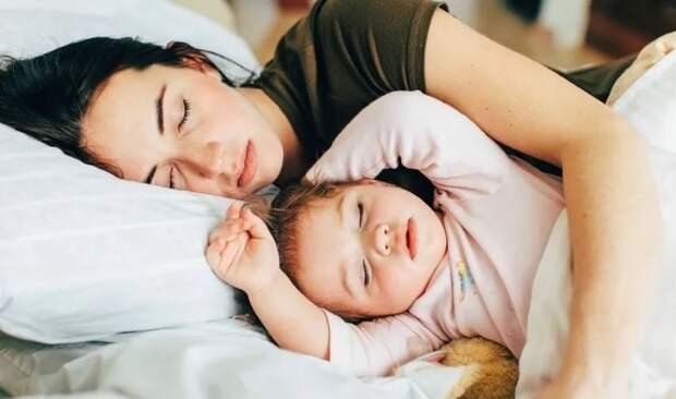 «Спать днем вместе с ребенком, сидя в декрете – это уже деградация!» - ругается мама
