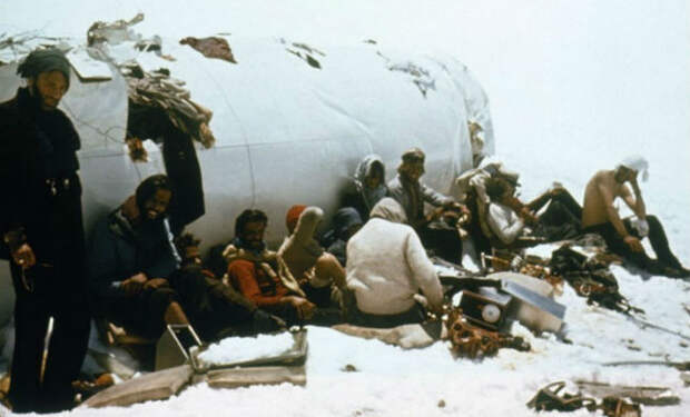 Самолет приземлился высоко в горах и люди 72 дня жили в лесу