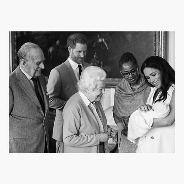 Арчи Харрисон Маунтбеттен-Виндзор в окружении членов королевской семьи