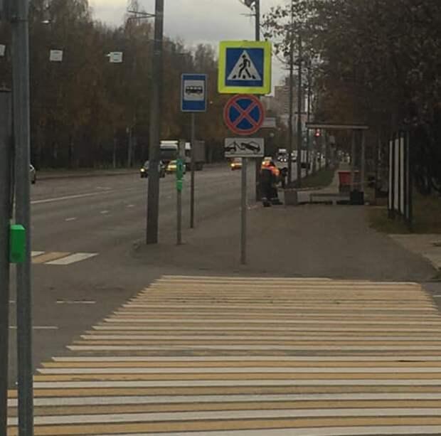 На улице Фомичёва монтируют новый остановочный павильон