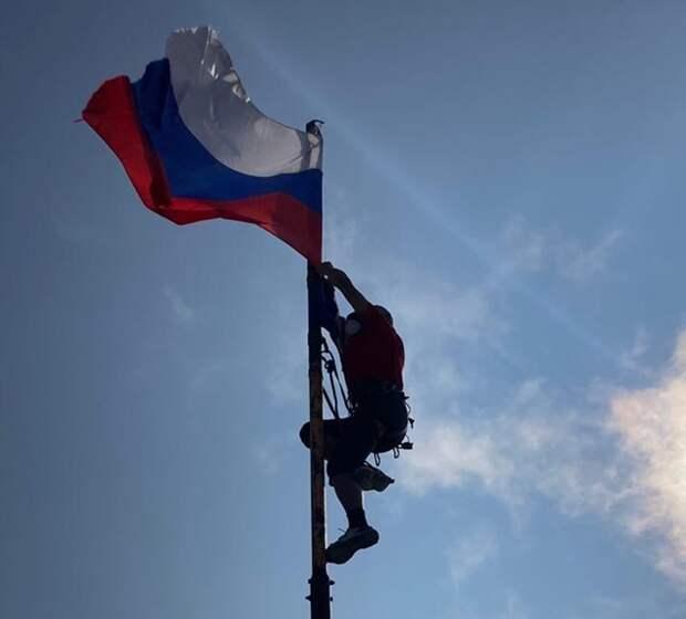 Флаг Республики Крым установили на вершине горы Ай – Петри