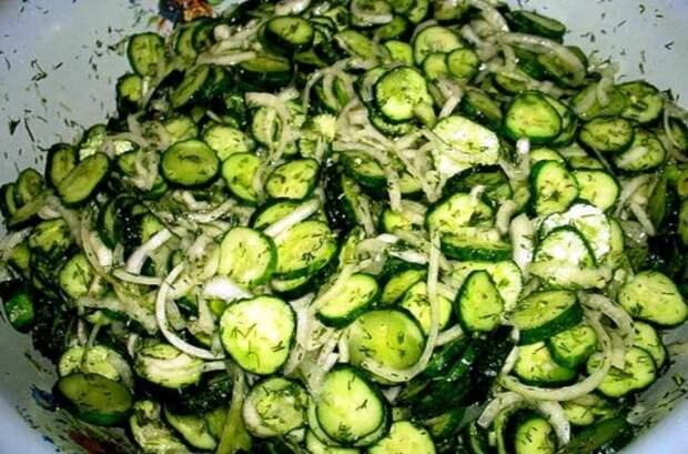 Без тепловой обработки! Чесночные свежие огурчики на зиму: Вкусный салат «Сырой»