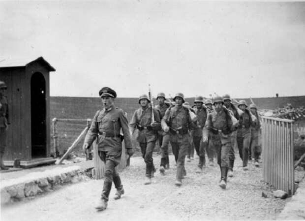 Колонна немецкой пехоты на Восточном фронте.