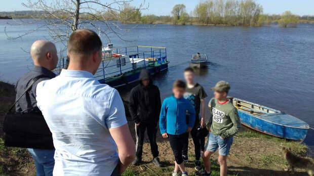 Ни жилетов, ни весел: решивших покататься на лодке подростков в Сарапуле унесло течением
