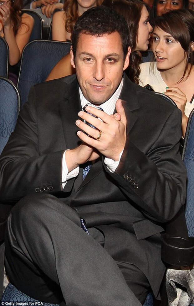 Adam Sandler с замазанным синяком в 2011 году