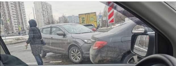 На пересечении Таллинской и Строгинского бульвара столкнулись две иномарки