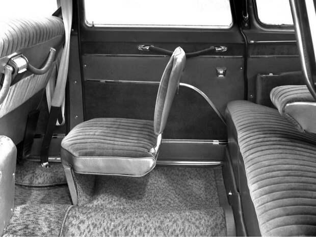 Лимузин фактически считался 7-местным — в салоне имелось два откидных кресла для охранников.