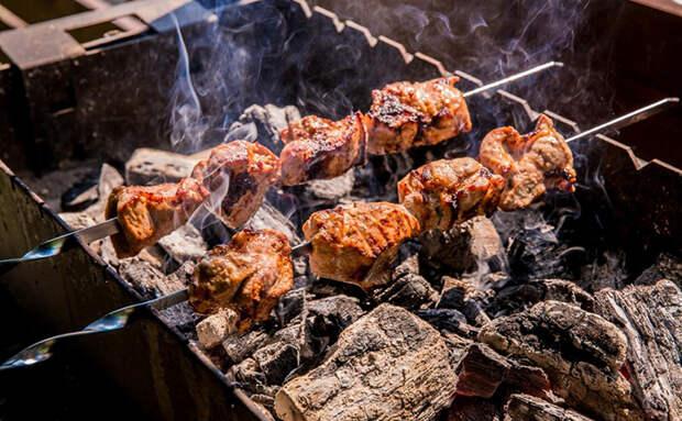 Сыпем соль на угли в мангале. Шашлык прожаривается лучше и мясо остается сочным