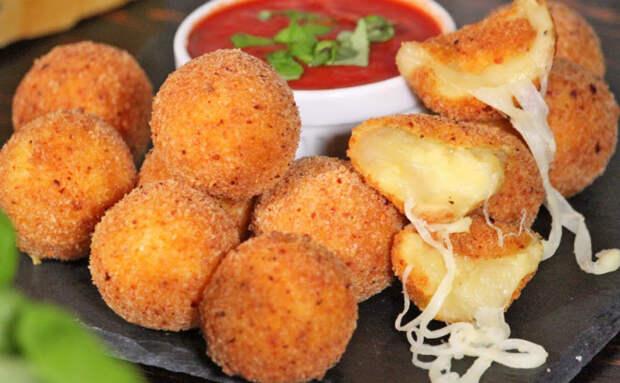Скатали картофель и сыр в шарики и жарим в масле. Пришлось готовить дважды, потому что первую партию съели за 3 минуты