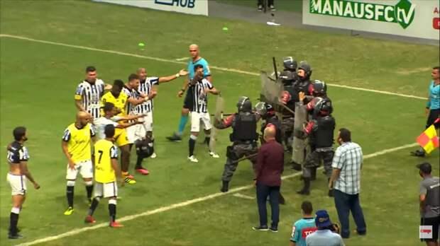 В Бразилии бойцы ОМОНа едва не избили футболистов во время матча