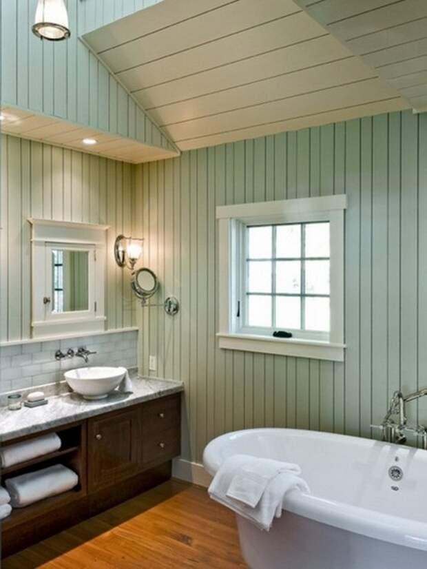 Стены ванной комнаты облицованы ПВХ-панелями.