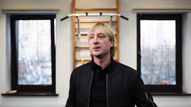 «Все пашут». Плющенко показал, как его ученики бегают кросс под дождем на базе в Кисловодске: видео