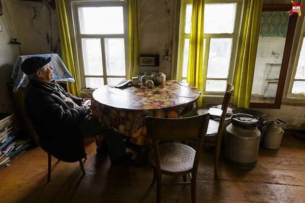 В доме миллионера темно и холодно – хозяин не снимает фуфайку и кепку Фото: Наталия БЕШКАРЕВА