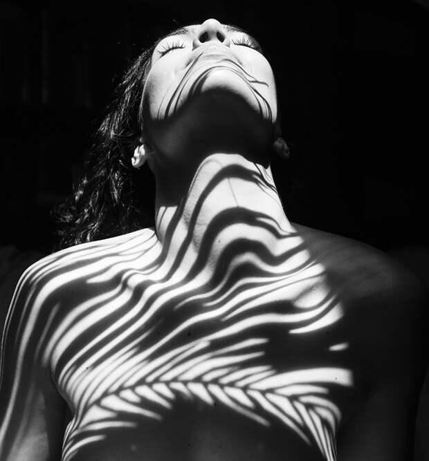 Фотограф Эмилио Хименес прикрыл обнаженных девушек природной тенью