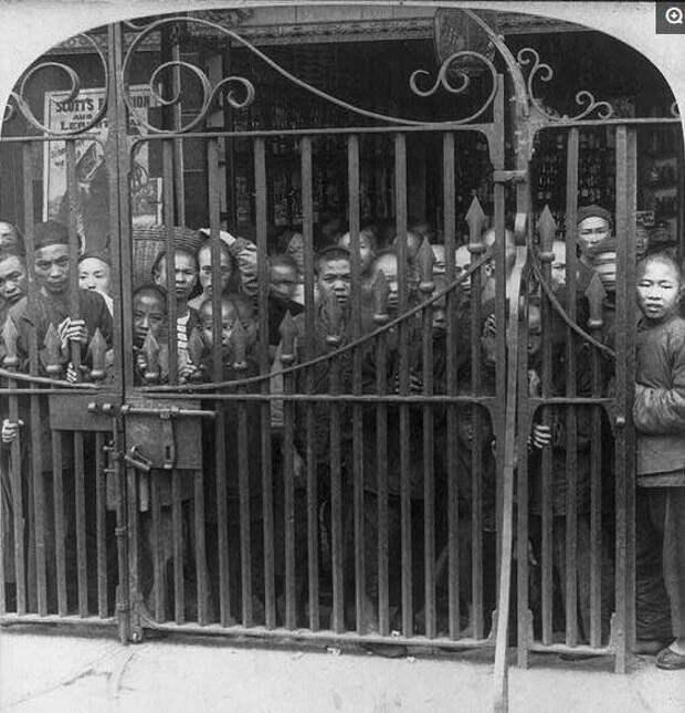 """Китайцы наблюдают за """"иностранными дьяволами"""" из-за ворот британского консульства"""