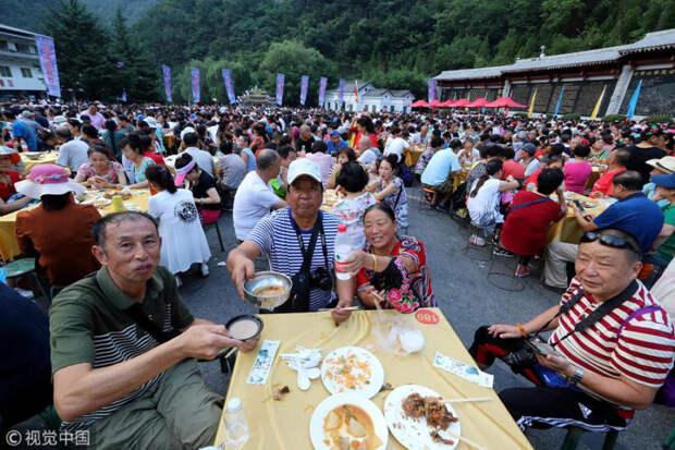 Чудеса китайского фаст-фуда: как накормить 20 тысяч человек за пару часов