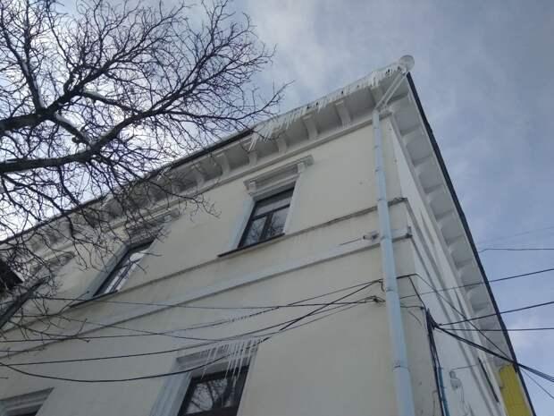 В Симферополе призвали жителей сбивать сосульки самостоятельно