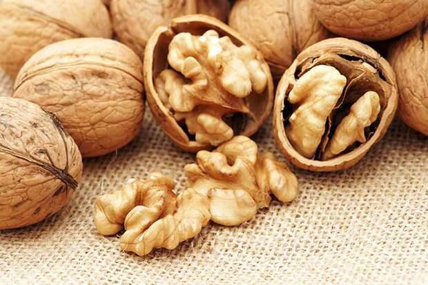 Чем чистить грецкие орехи?