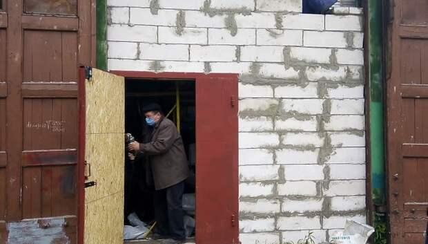 Рабочие утеплили ворота на тепловой подстанции микрорайона Подольска