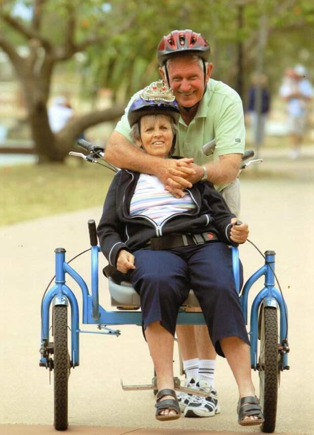 Мужчина смастерил велосипед, чтобы кататься со своей больной супругой, которая любит велопрогулки