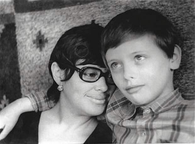 Мира Тодоровская с сыном Валерием. / Фото: www.hsmedia.ru