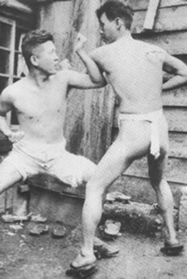 Кенва Мабуни слева.