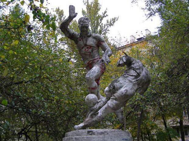 Памятник футболистам. Фото из открытого источника